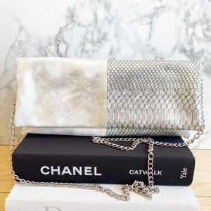 Beautiful clutch with removable chain